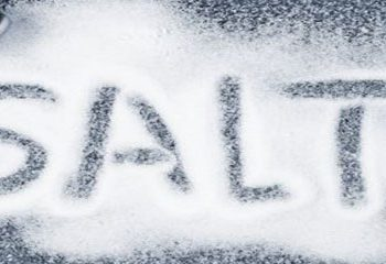 مصرف زیاد نمک در کودکان خطرناک است.