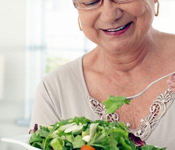 سبزیجات برگ سبز سلامت مغز را در افراد سالمند بهبود میبخشد.