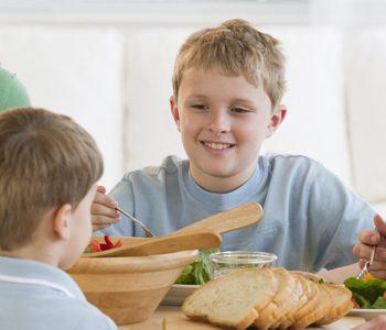 صرف غذا همراه با اعضای خانواده برای کودکان سودمند است
