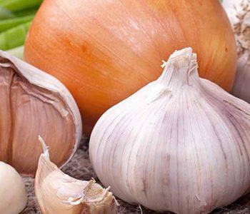10 راهکار طبیعی برای کاهش بوی ناخوشایند سیر و پیاز