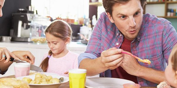 چگونه کودکان را به غذا خوردن ترغیب کنیم؟