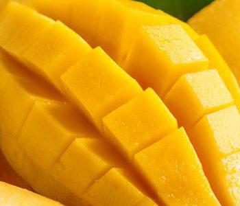 انبه: میوهای که به حفظ سلامت قلب و روده کمک میکند.